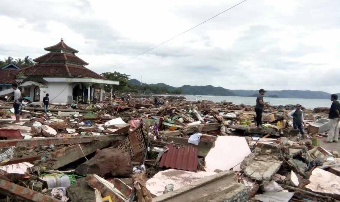 Tim SARMMI Evakuasi Korban Tsunami di Pesisir Kalianda Lampung Selatan