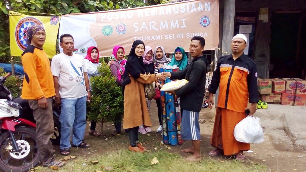 Alumni Mts Guppi Teluk Betung dan Warga Srengsem Bantu Korban Tsunami di Desa Kunjir