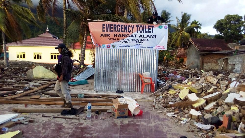 Relawan Kemanusiaan di Desa Kunjir Dirikan Emergency Toilet Air Hangat Alami