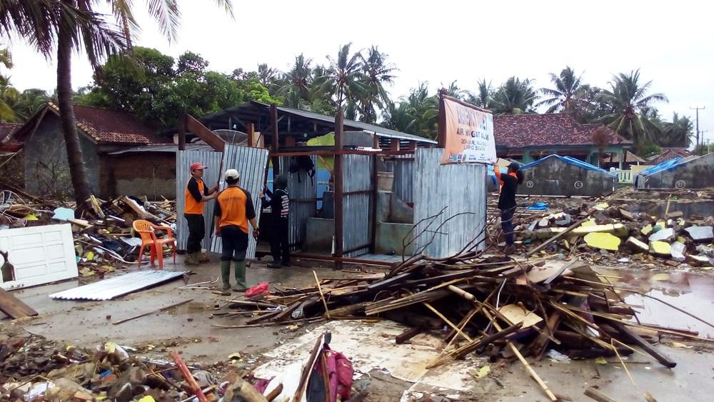 Proses pengerjeaan Emergency Toilet Air Hangat Alami. Sumur air hangat  yang dipakai milik warga yang rumahnya hancur kena tsunami.