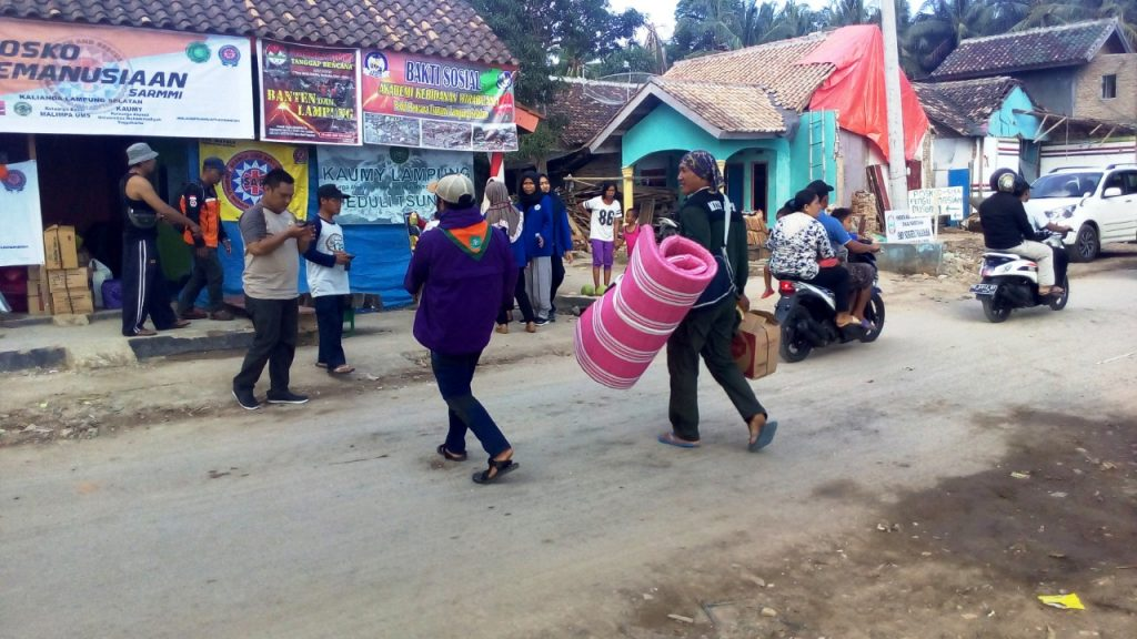 Kompaknya Alumni SMPN 7 Bandar Lampung Bantu Korban Tsunami di Desa Kunjir