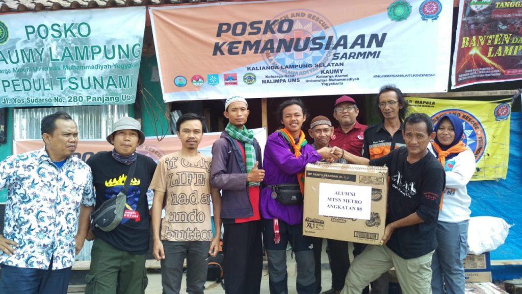 Alumni Mts Metro dan Jamaah Masjid Darussalam Metro Bantu Korban Tsunami di Desa Kunjir