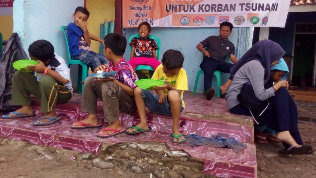 Keceriaan anak-anak menikmati makan dari dapur umum bersama
