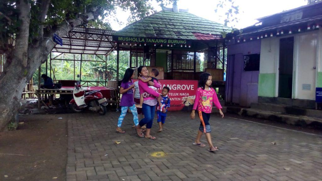 Anak-anak desa Tanjung Burung, pulang sekolah bermain di halaman posko tabur mangrove KSH