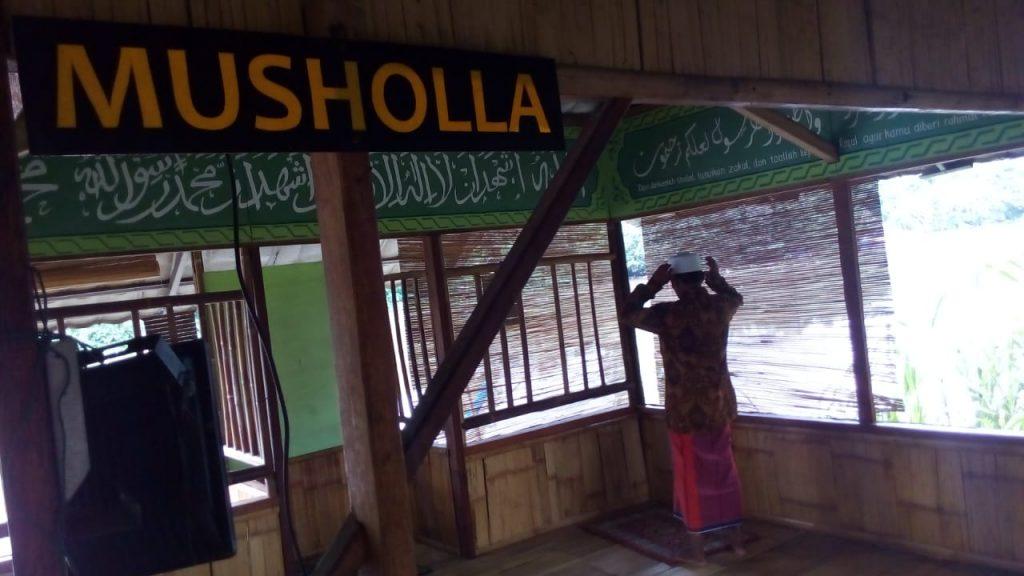 Warga Sholat di Mushola yang dibangun KSH. Mushola ini tepat di pinggir sungai Cisadane
