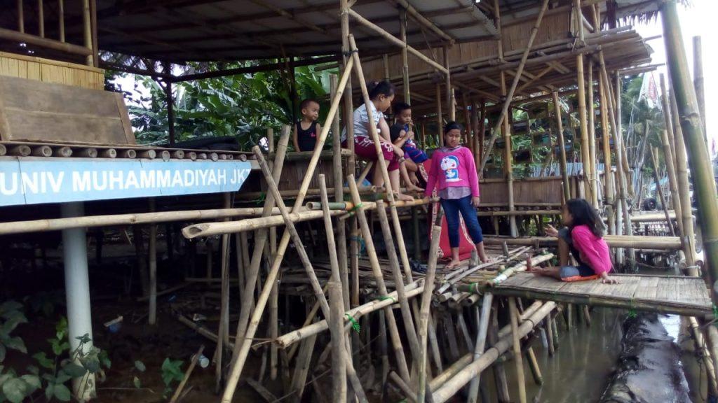 Dermaga yang dibangun KSH untuk lokasi penanaman mangrove di muara Cisadane. Dermaga ini dipakai juga oleh nelayan yang hendak melaut, dan tempat anak-anak bermain.