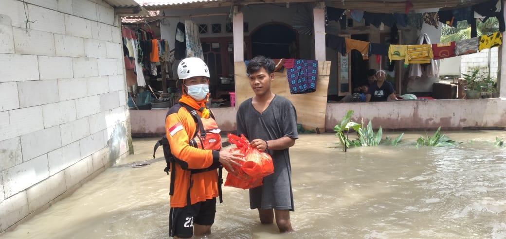 Relawan SARMMI dan CAMP STIEMJ Dampingi Warga Desa Terisolir Karena Tanggul Sungai Citarum Jebol