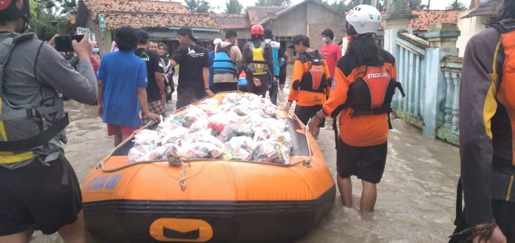 Tanggul Dua Sungai Jebol, SARMMI dan Stacia Evakuasi Korban Menggunakan Perahu Karet